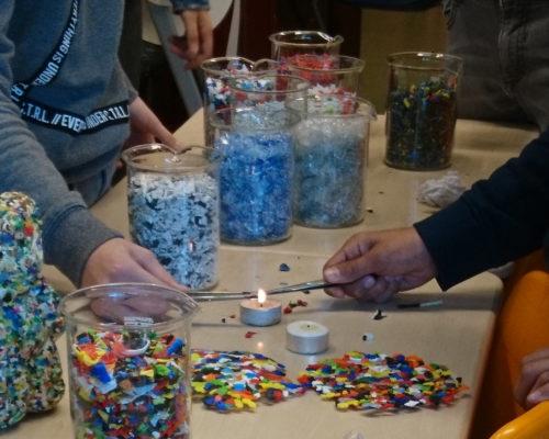 Leerlingen doen proefjes met verschillende soorten plastic.